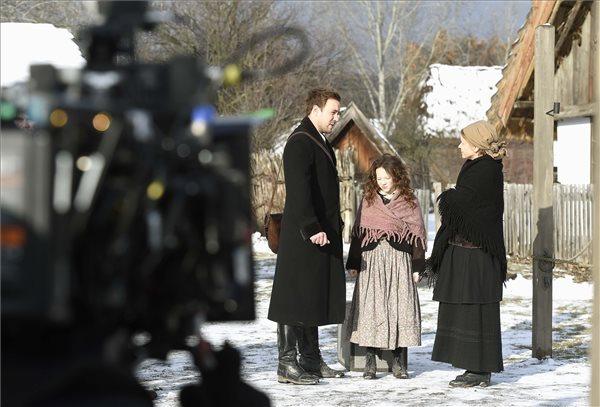 Klem Viktor és Schell Judit színészek, valamint Hais Fruzsina gyermekszereplő (k) Bergendy Péter Post Mortem című filmjének forgatásán a szentendrei Skanzenben 2019. január 29-én