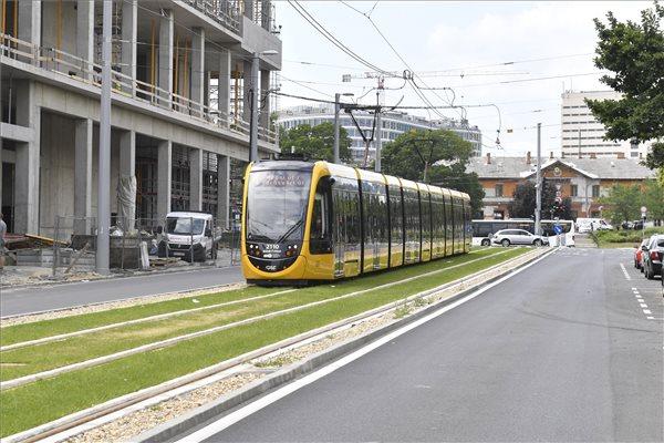 Az 1-es villamos halad az Etele térig meghosszabbított új pályaszakaszon 2019. július 9-én