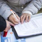 Tatabánya, 2015. november 7. Egy támogató aláírja a kötelezõ betelepítési kvóta elleni, Védjük meg az országot! címû, a Fidesz kezdeményezte petíciót Tatabányán, a Kond vezér utcai piacnál 2015. november 7-én. MTI Fotó: Bodnár Boglárka