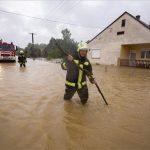 Tűzoltók a nagy esőzés miatt vízzel elárasztott utcában Liszóban, ahonnan az ott élőket kitelepítették 2020. július 25-én. Az előző nap este óta lehullott jelentős mennyiségű csapadék miatt a Zala megyei Liszóban és Surdon víz alá kerültek az alacsonyabban fekvő házak, több családot kitelepítettek. MTI/Varga György