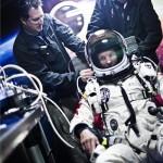 A Red Bull Stratos által 2012. október 14-én közzétett felvételen Felix Baumgartner osztrák extrém ejtőernyős speciális űrhajósruhában várakozik lakókocsijában, mielőtt végrehajtaná kísérleti ugrását a sztratoszférából az új-mexikói Roswell közelében húzódó sivatagban 2012. október 14-én. A 43 éves Baumgartner arra készül, hogy 36 km-es magasságból kiugorva megjavítsa a szabadesés magassági és időhosszúsági világcsúcsát, illetve az első ember legyen, aki szabadeséssel szárnyalja túl a hangsebességet. MTI Fotó: Red Bull Stratos/Gárdi Balázs