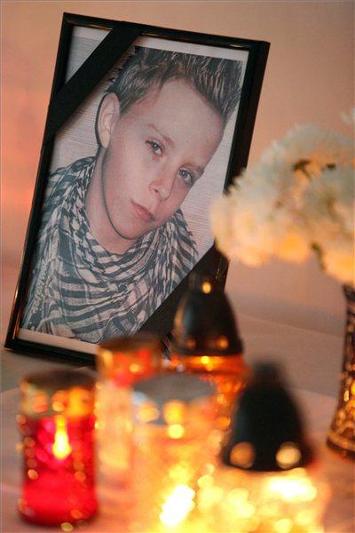 Mécsesek égnek az előre kitervelten, brutális kegyetlenséggel meggyilkolt 11 éves Szita Bence portréja előtt a mernyei általános iskola aulájában 2012. november 5-én. MTI Fotó: Varga György
