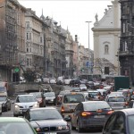 Járművek haladnak a budapesti Szabad sajtó úton 2013. január 7-én a Ferenciek tere és a Március 15. tér átépítése miatt kialakított új közlekedési rend szerint. MTI Fotó: Soós Lajos