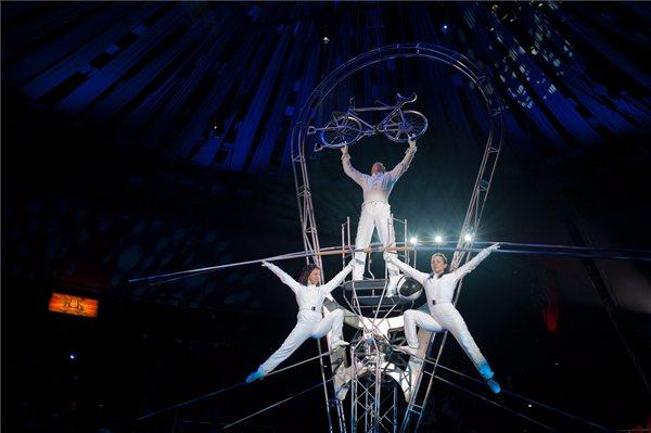 Simet László, Simet Olga (lent j) és Bakk Diána egyensúlyozószámot mutatnak be a Magyar Cirkuszcsillagok című, a Fővárosi Nagycirkusz első nemzeti cirkuszévada nyitányának próbáján a Fővárosi Nagycirkuszban 2013. január 11-én. Az új műsort 2013. január 12-én mutatják be. MTI Fotó: Kallos Bea