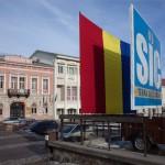 Román zászló takarja el a SIC/Terra Siculorum (Székelyföld) feliratú transzparenst Sepsiszentgyörgy belvárosában 2013. január 24-én. A zászlót a prefektúra helyeztette ki, mielőtt megemlékezést tartott délelőtt Moldva és Havasalföld egyesülésének 154. évfordulóján. A két fejedelemség egyesülése alapozta meg Románia 1861-ben történt megalakulását. A zászló első alkalommal december elsején, a román nemzeti ünnep alkalmából került a tábla elé. A latin nyelvű táblát a Romániai Magyar Demokrata Szövetség (RMDSZ) 2012. november 8-án tartott demonstrációján állították fel. MTI Fotó: Henning János