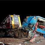 Összeroncsolódott kamion az M7-es autópálya fővárosból kivezető oldalán, Érd és Tárnok között 2013. március 23-án éjjel. A 22-23-as kilométerszelvénynél történt baleset során a kamionban szállított több tonna vasrúd mindkét pályatesten szétszóródott, a sofőr súlyosan megsérült.