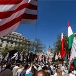A Jobbik demonstrációja a budapesti Vértanúk terén 2013. május 4-én. A rendőrség által betiltott, de bírósági döntéssel utóbb engedélyezett tüntetést a bolsevizmus és a cionizmus áldozatainak emlékére hirdették meg. MTI Fotó: Mohai Balázs