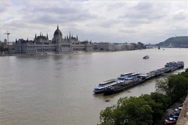 arviz_duna_budapest_parlament2_2013