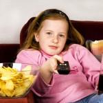 gyerek_lany_tevezes_chips_cola_taviranyito