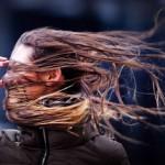 Járókelõ viharban, amint a Xaver orkán Hollandia felé közeledik