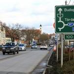 Autóforgalom Budaörsön a Szabadság úton 2015. január 12-én
