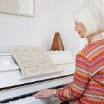 idos_holgy_asszony_zongora_zene_zeneles_oreg