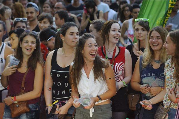 Érdeklődők a Pont Ott Parti hivatalos ponthatárváró rendezvényen a debreceni Campus Fesztiválon