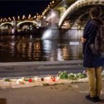 Virág és mécsesek a rakparton a hajóbalesetben elsüllyedt Hableány turistahajó közelében, a Margit hídnál 2019. május 30-án