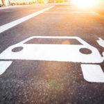Symbol für Elektrotankstelle für Elektroautos auf der Straße