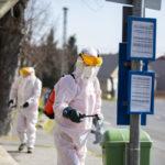 Nagykanizsa, 2020. április 1. Buszmegállót takarítanak le fertõtlenítõszeres vízsugárral a koronavírus-járvány miatt a Netta-Pannonia Környezetvédelmi Kft. munkatársai Nagykanizsa kiskanizsai városrészében 2020. április 1-jén. MTI/Varga György