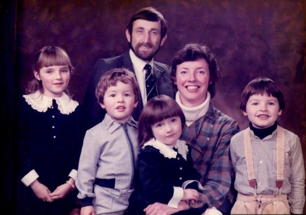 Jo és Sue Williamson négy gyerekükkel 2003-ban. Két gyereknél szintén kimutatták a hibás gént.